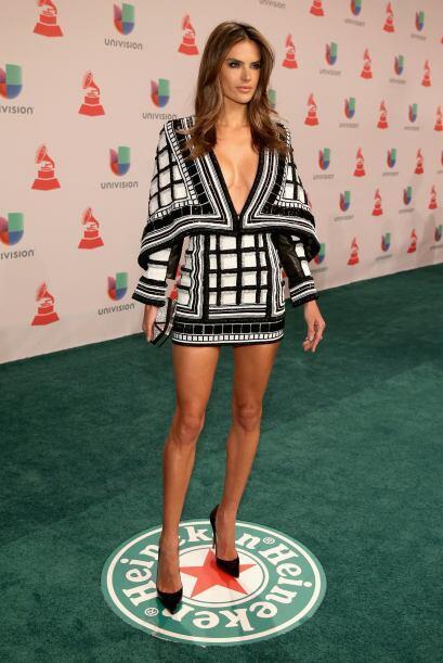 La modelos Alessandra Ambrosio también se llevó las miradas con un escot...