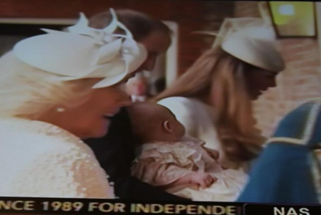 El principito George llegó con sus padres, Príncipe William y Catherine,...