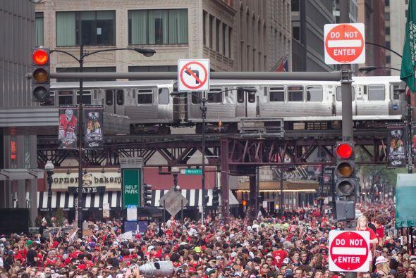 Pero los aficionados que se congregaron en calles de Chicago no sólo era...