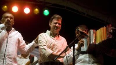 En la imagen se ve al presidente Juan Manuel Santos y al exministro de D...
