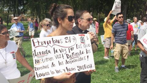El sábado un grupo de manifestantes y religiosos protestó frente a las i...