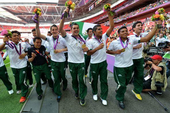 17.- Medalla de Oro.- Por primera vez en la historia se escuchó el himno...