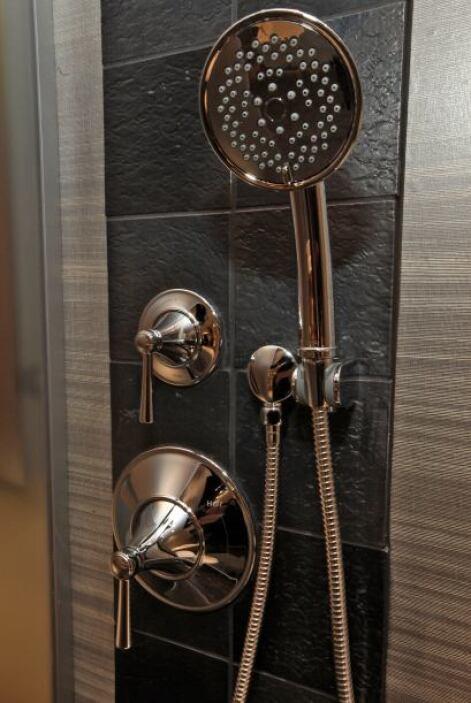 4. Toma duchas cortas en vez de baños y usa duchas de bajo flujo para ob...