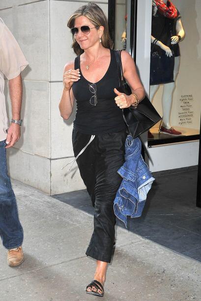 ¡Otra chica de negro fue Jennifer Aniston! Incluso el 'pedicure' fue a j...