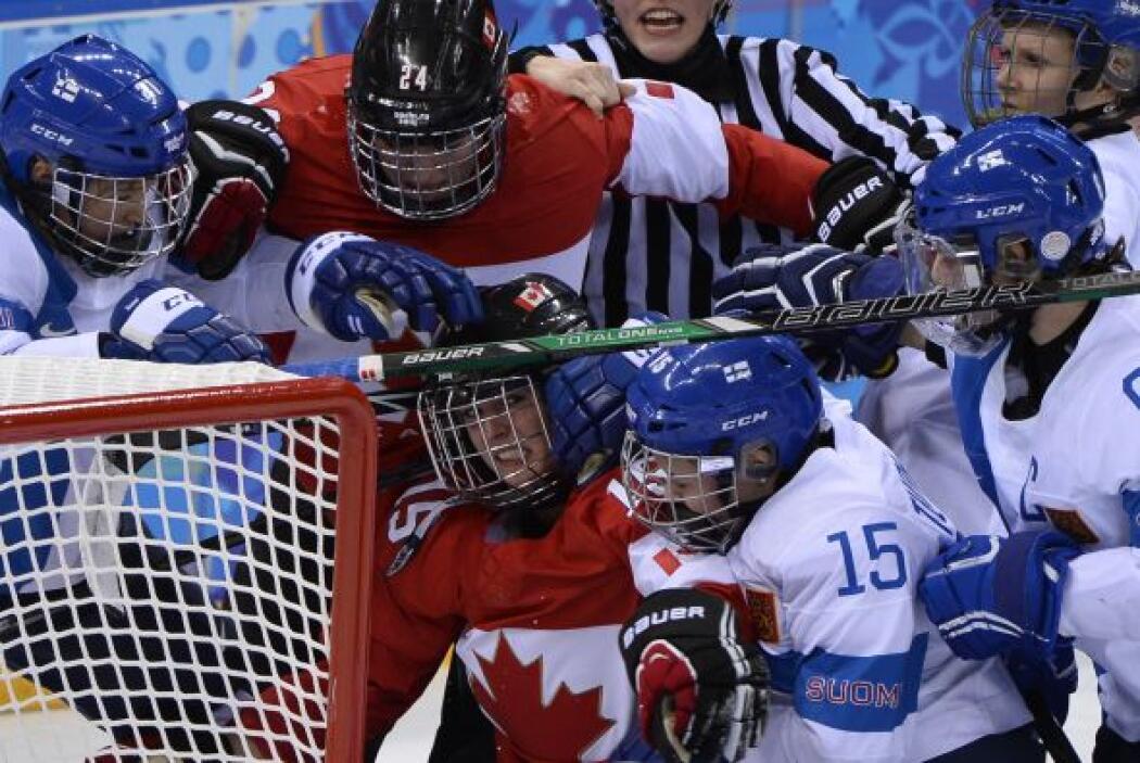 Jugadoras de Canadá desafían a las jugadoras de Finlandia durante el enc...