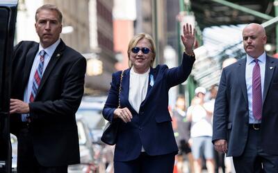 La candidata demócrata Hillary Clinton llega a la conmemoraci&oac...