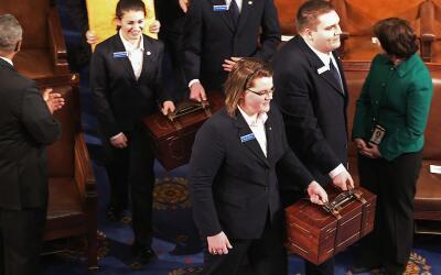 El cofre que contiene el voto del colegio electoral llegaba al Congreso...