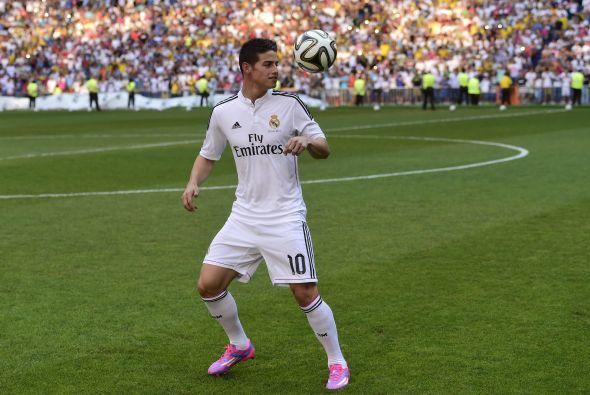 El futbolista tomó algunos balones y los comenzó a tirar hacia las grada...