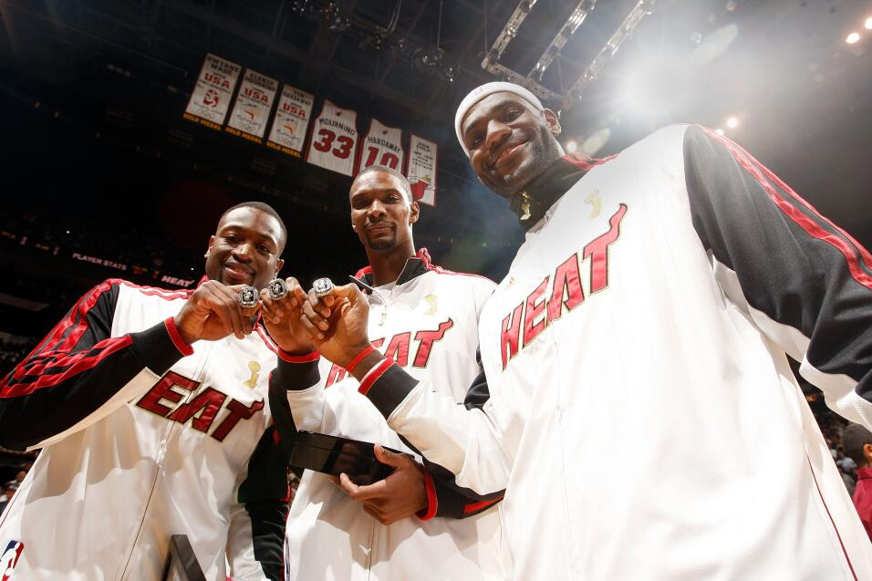Dwyane Wade, Chris Bosh y LeBron James de los Miami Heat muestran sus an...
