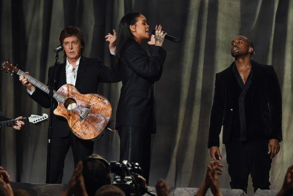 Rihanna se veía muy elegante y estaba bien acompañada.