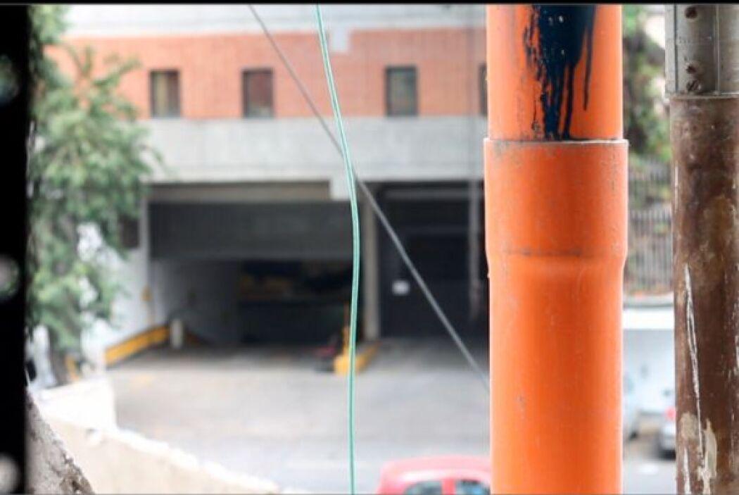 Los cables llevan luz, los caños grises suben agua y los tubos naranjas,...
