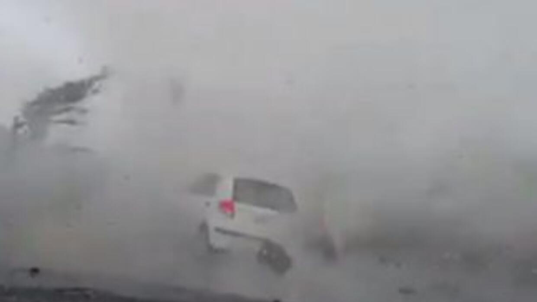 Captura del video donde se ve un vehículo arrastrado por la fuerza del t...