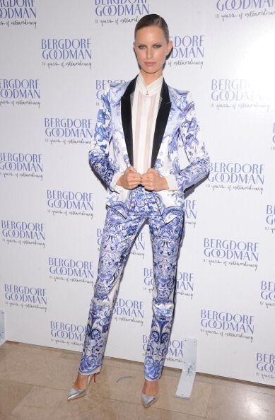 ¿Será que luce mejor Karolína Kurková que varios hombres vistiendo traje...