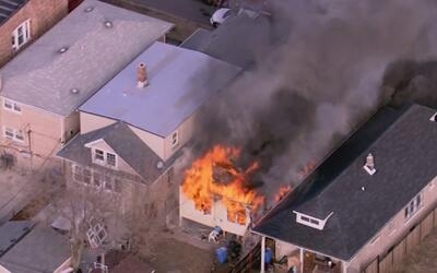 Una familia perdió sus bienes tras el voraz incendio de su residencia en...