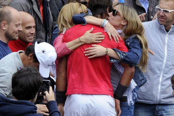 El español abrazó a su madre y hermana.