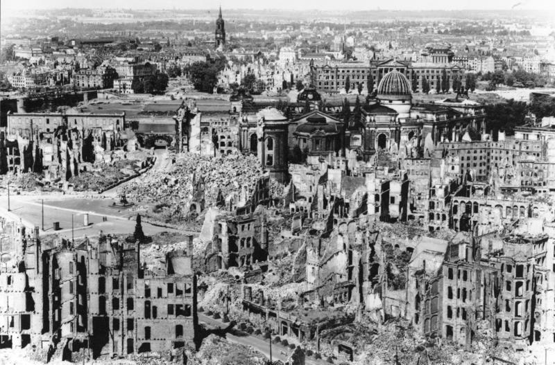 Dresde, Alemania, luego de la Segunda Guerra Mundial, 1945: En la Segund...