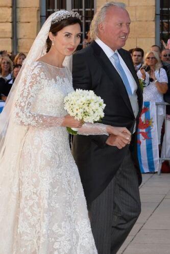 Lademacher usó un vestido del diseñador libanés, Elie Saab con detalles...
