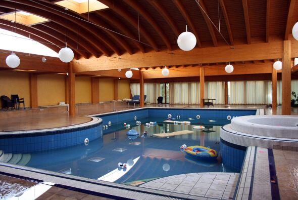 La impresionante construcción contaba con jardines, piscinas y pisos de...