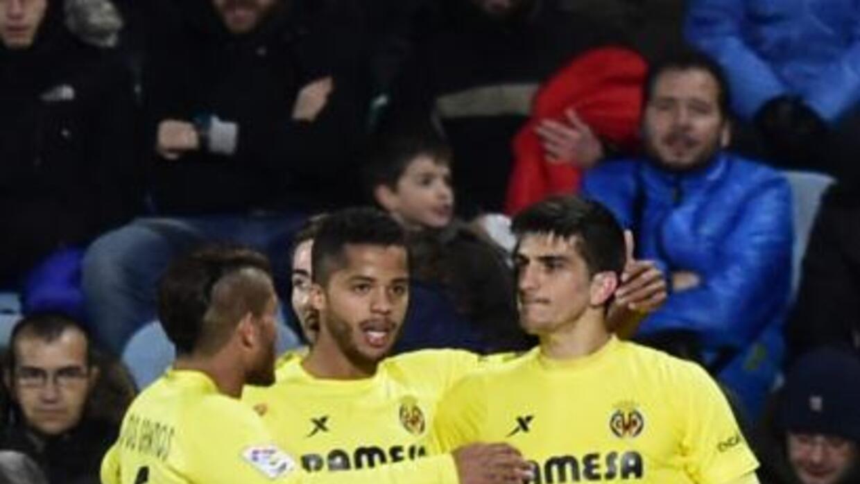 Los hermanos Jonathan y Giovani felicitan a Gerard Moreno luego de marca...
