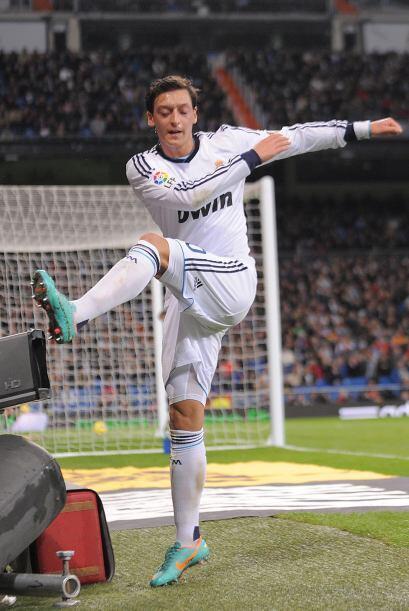 Mesut Özil pateaba cuanto tenía enfrente luego de que en los minutos res...
