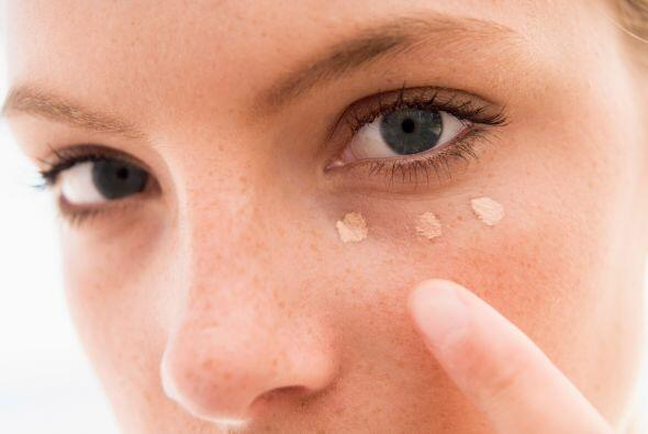 El corrector. Busca un corrector del mismo tono de tu piel, y apl&iacute...
