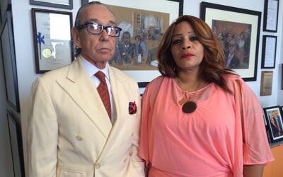 El abogado Sanford Rubenstein y su clienta Wenona Small en las oficinas...