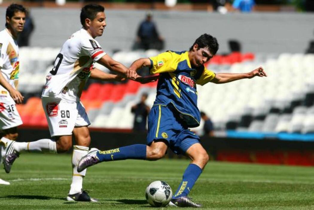 Su debut profesional se llevó a cabo con el América en el 2011, en un pa...