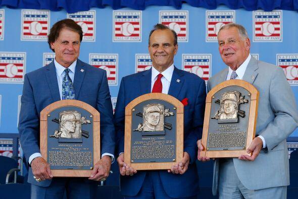 Tony La Russa, Joe Torre y Bobby Cox mostrando sus placas.