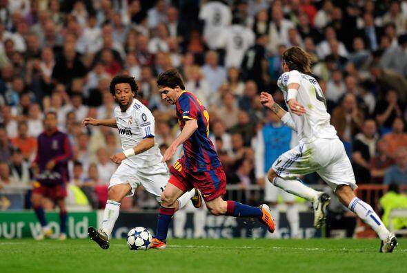 Poco después Messi hizo una gran jugada, llevándose rivales hacia la der...