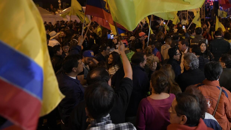 Cientos de ecuatorianos protestan ante el temor de un posible fraude en...
