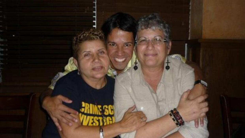 Ada Conde y su esposa, Ivonne Álvarez, posan junto al activista de derec...