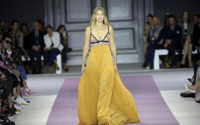 Gigi Hadid en vestido de Giambattista Valli