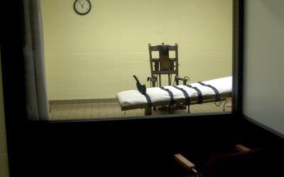 La vista hacia una cámara de la muerte en Ohio desde la sala de t...