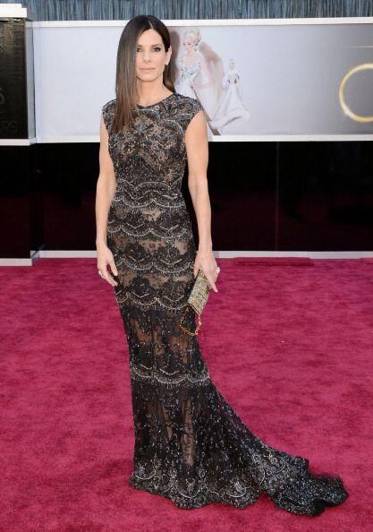 Sandra Bullock apareció en la misma alfombra muy elegante con un diseño...