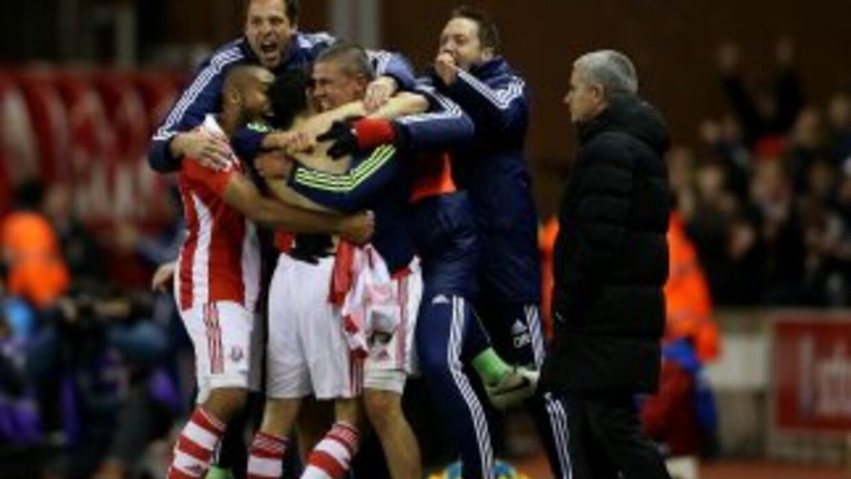 Stoke celebra ante la impotencia de Mourinho.