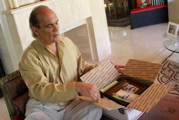 Tío Juan decide añadir a la caja una vieja foto de la familia.
