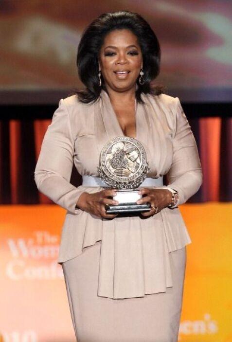 Oprah Winfrey se siente a gusto y mega femenina usando ropa de la marca....