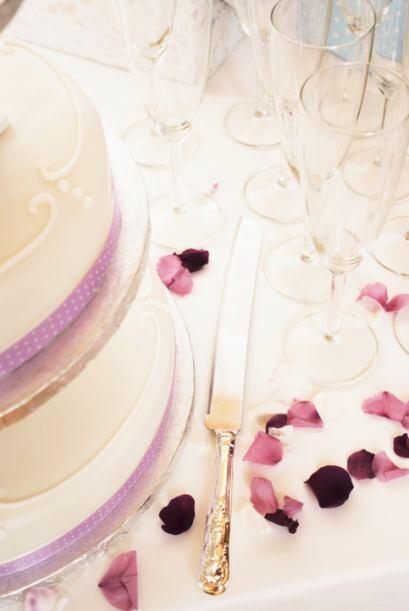 Dale el protagónico a tu pastel de boda con cintillos y toda clas...