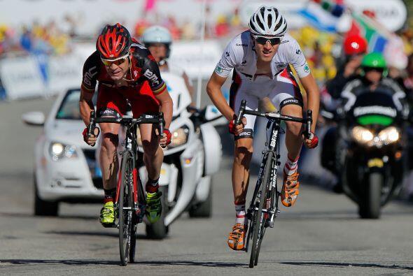El australiano Cadel Evans del BMC (izq) perdió el segundo puesto en la...