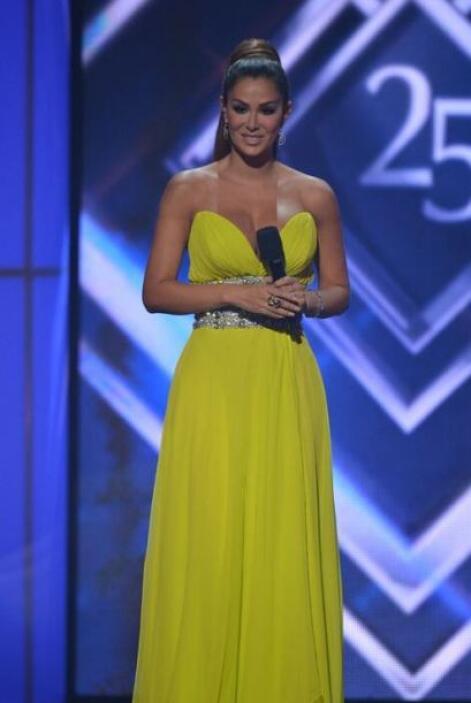 Finalmente brilló como el sol con este vestido amarillo extremadamente v...