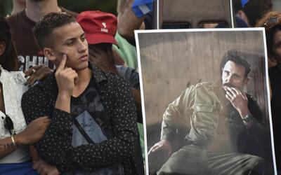 Un joven espera la llegada de la caravana con las cenizas de Fidel Castr...