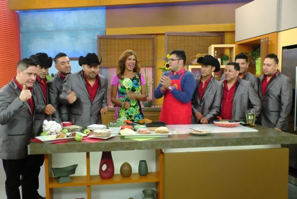 Los integrantes de Montés de Durango también se metieron en la cocina.