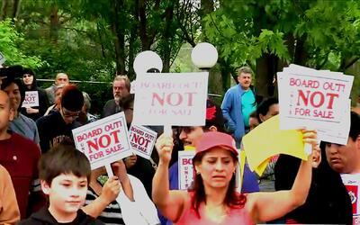 Protestan por la inesperada venta de apartamentos en un edificio en Pros...