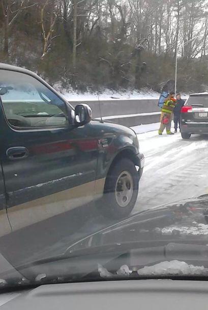 Jorge Sosa Arellano comparte esta imagen que muestra a un bombero presta...