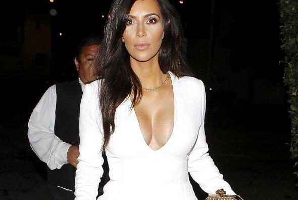 Kim Kardashian se viste de blanco pero con tremendo escote. Mira aqu&iac...