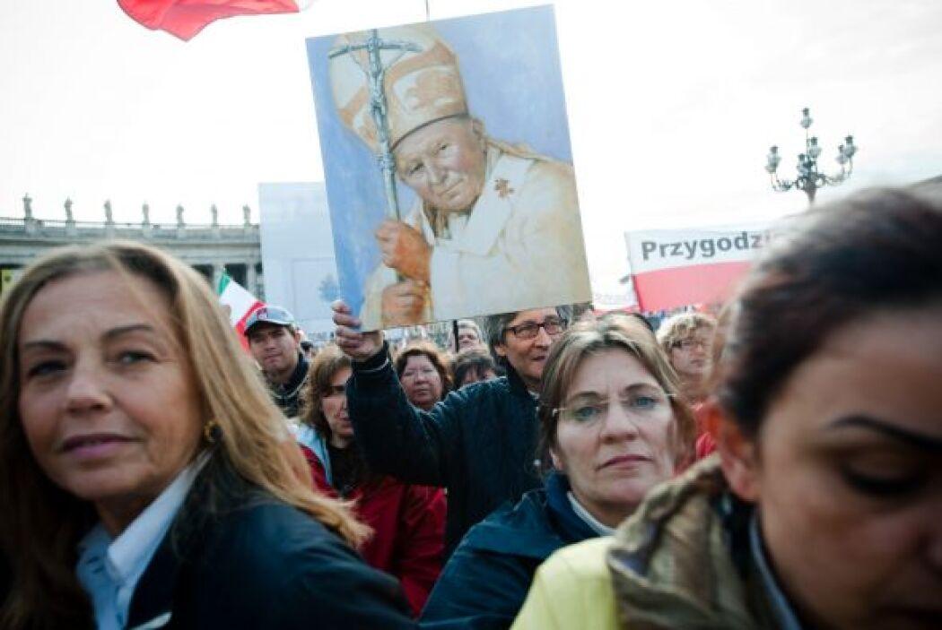 Se estima que un millón de fieles llegaron a la Plaza San Pedro y alrede...
