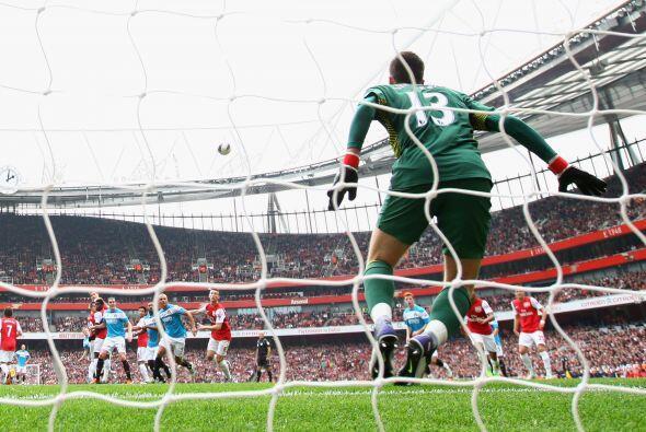 El arquero polaco tuvo un buen partido con el Arsenal.