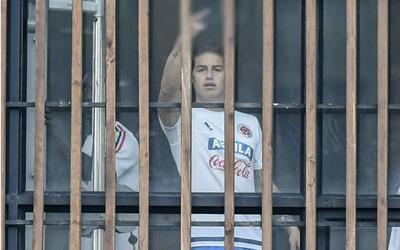 James Rodríguez montando el dedo del medio