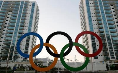 Imagen de los aros olímpicos frente a la Villa Olímpica de Río de Janeir...