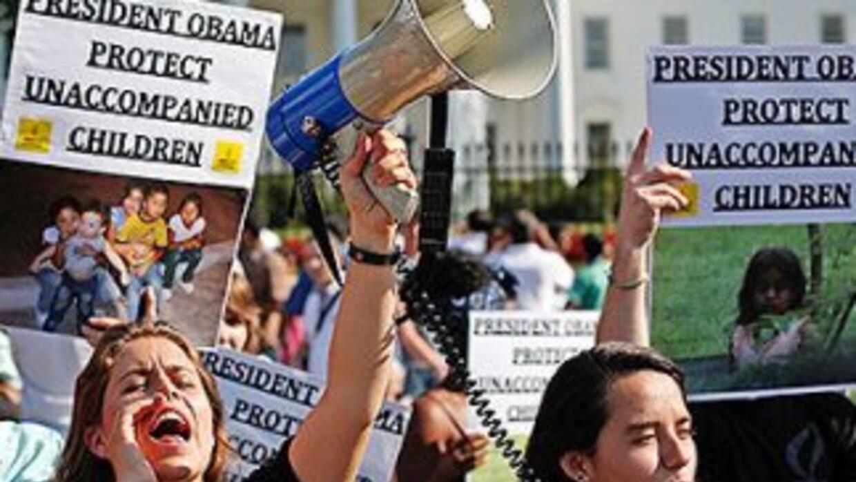 Indocumentados protestan frente a la Casa Blanca para pedirle al preside...